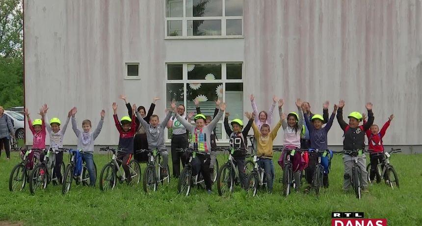 Zagrebački gimnazijalci prikupili i zaradili novac i osnovcima u Glini kupili 28 bicikala i igračke. Pogledajte reakcije