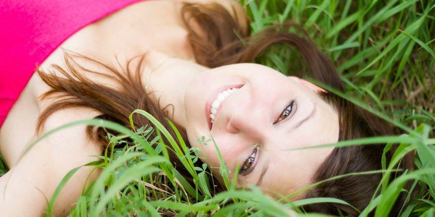 Zašto se neki ljudi počnu smijati u neprimjerenim situacijama i kako to spriječiti, otkriva psihologinja