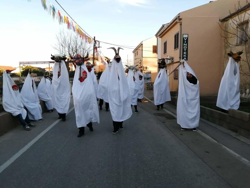 FOTO KUU Čaplja Podturen osvojila treće mjesto na međunarodnom karnevalu na otoku Viru