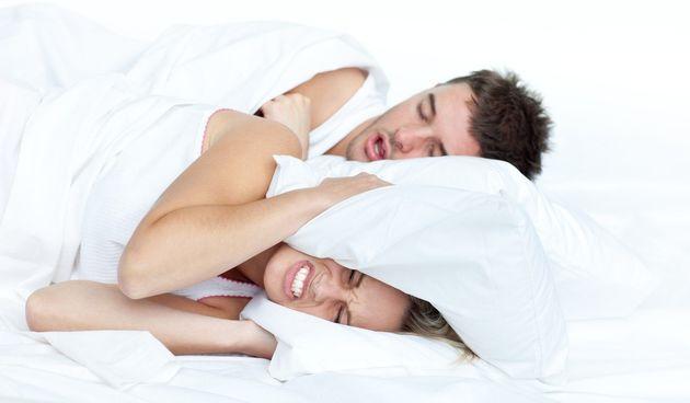 Hrkanje može biti znak poremećaja spavanja poput apneje u snu, stanja koje može uzrokovati stanku u disanju dok spavate. Ali jednostavne, svakodnevne navike također mogu uzrokovati hrkanje.