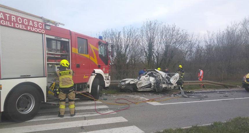 Teška nesreća blizu Žminja: Iz potpuno smrskanog automobila vatrogasci izvukli dvojicu mladića i psa