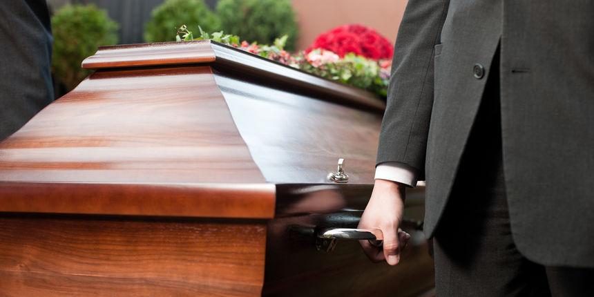 'Pijani' pogreb u Dalmaciji: Svećenik pričao o spolnim odnosima, rušio sve oko sebe, molio se koroni...
