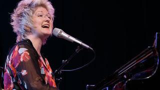 Dena DeRose zapanjuje lakoćom svirke na klaviru i izuzetnim vokalnim talentom