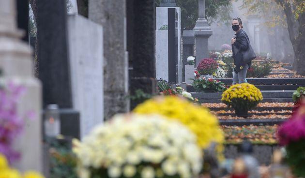 Građani pod budnim oko COVID redara obilaze zagrebačko groblje Mirogoj povodom blagdana Svih svetih