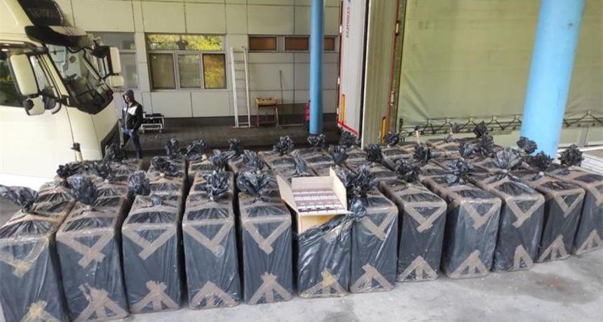 Državljanin Srbije u Hrvatsku pokušao prokrijumčariti 24 510 kutija cigareta