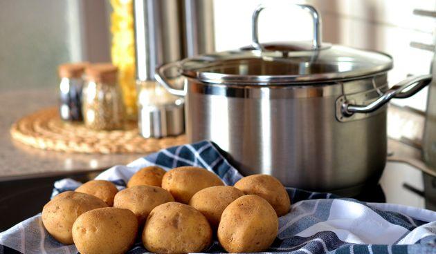 Umjesto da ih pržite u dubokom ulju, ispecite ih u pećnici ili skuhajte.