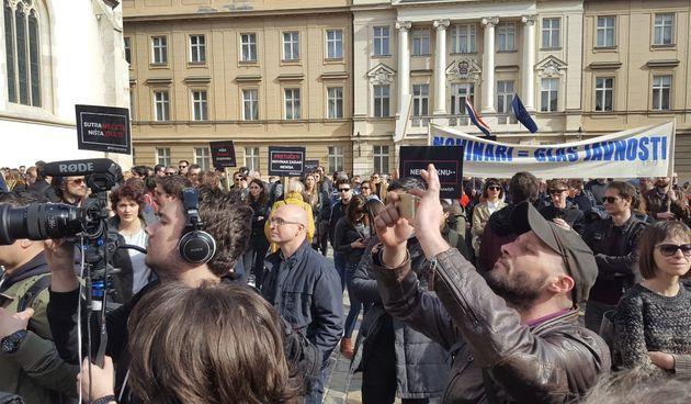 Stotinu novinara pred Banskim dvorima: 'Ne možete nas tužiti koliko mi možemo pričati!'