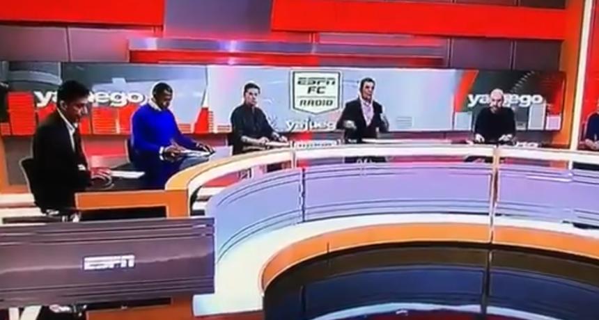Užas u izravnom prijenosu: Ogromni videozid pao na novinara i prikliještio ga