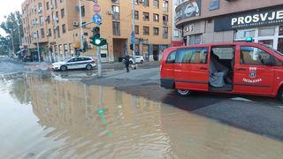 Trešnjevka pod vodom zbog puknute cijevi: Građanima poplavile kuće