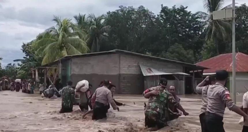 Više od stotinu ljudi je poginulo, a deseci se vode kao nestali u poplavama i odronima u Indoneziji