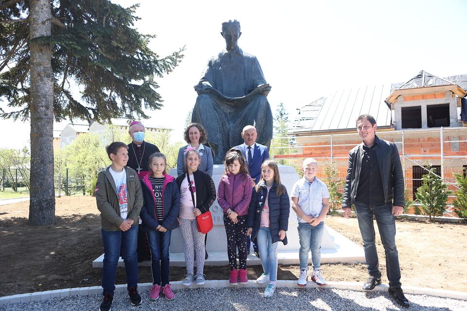 Spomenik Nikole Tesle vratio se u Gospić