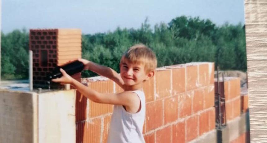 FOTO - Prepoznajete li ovog slatkog dječaka? Danas je jedan od najpoznatijih farmera 'Ljubav je na selu'