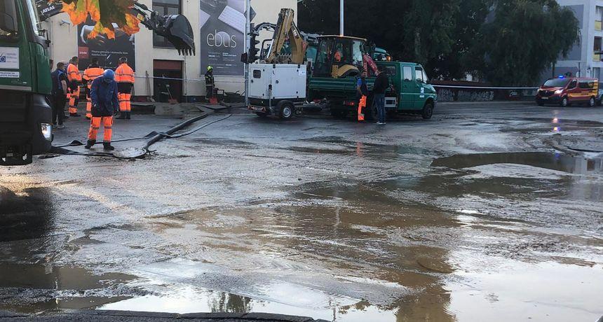 Ponovno pukla vodovodna cijev na području Trešnjevke, poplavljen učenički dom, Tomašević: 'Štetu još ne možemo procijeniti'