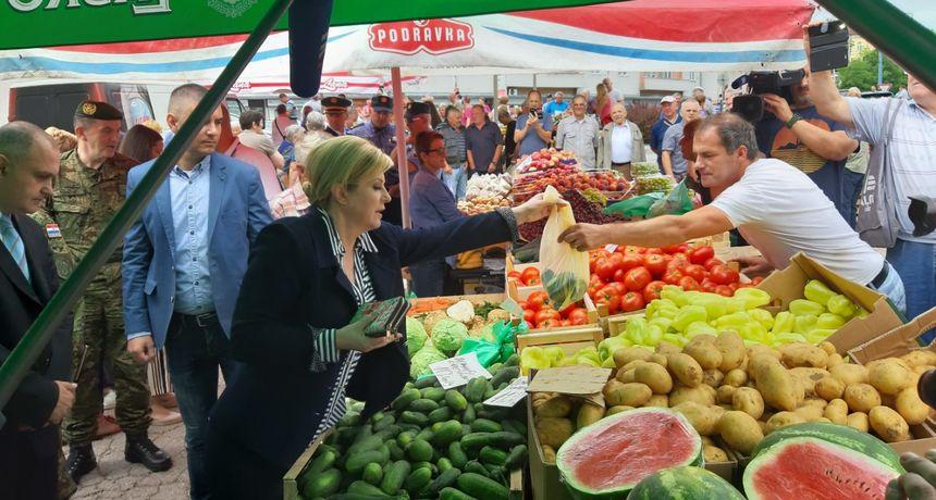 Kolinda u Slunju: Prije službenih sastanaka predsjednica se pozdravljala s građanima, na placu obavila šoping FOTO GALERIJA