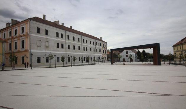 Osijek, 3.10.2019. - Trg Vatroslava Lisinskog pred otvorenje
