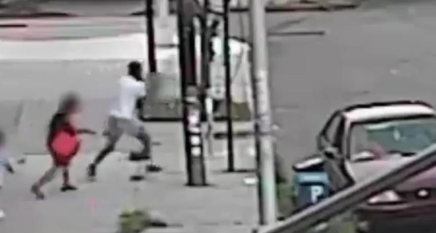 VIDEO Pokušao na ulici oteti 5-godišnje dijete, no majka je preuzela stvar u svoje ruke: 'Ponekad morate učiniti pravu stvar'