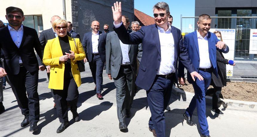 FOTO, VIDEO Dočekali ga uz cestu, a potom mu i pljeskali: Milanović izazvao oduševljenje u Plaškom