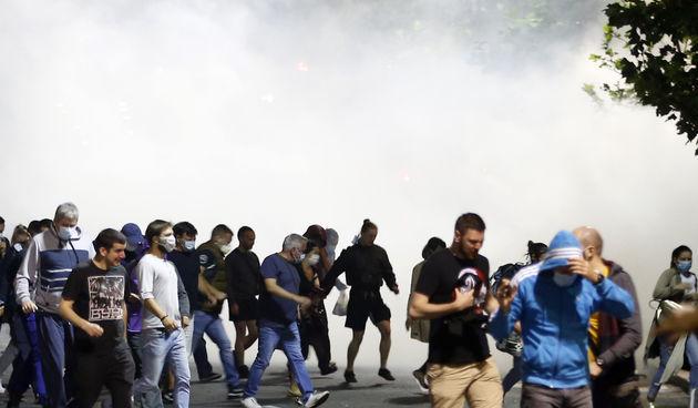 U središtu Beograda izbili su sukobi policije i prosvjednika koji su se okupili ispred skupštine Srbije nakon što je srbijanski šef države Aleksandar Vučić u utorak najavio ponovno uvođenje policijskog sata zbog pogoršane epidemiološke situacije.