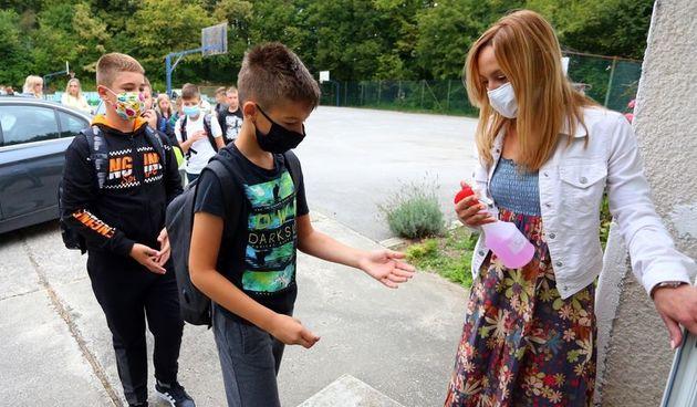 Od jučer novih 69 slučajeva zaraze koronom u Karlovačkoj županiji - jedna osoba preminula, u samoizolaciji više od 700 učenika