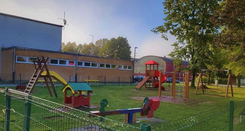 Dječje igralište u centru Vojnića bogatije za nove sprave, sredstva za nabavku osigurana su iz Fonda za turistički nedovoljno razvijena područja