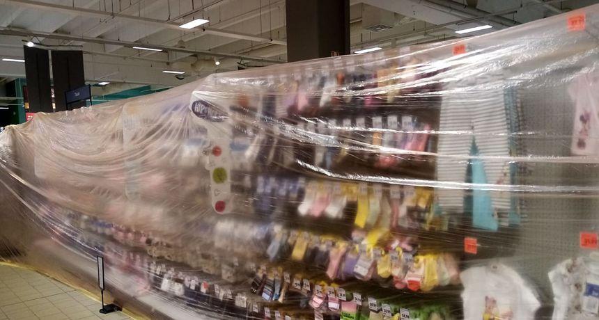 Roba za bebe u trgovini prekrivena folijom: 'Pitamo Stožer: alkohol se može kupiti, a odjeća za bebe ne? Fuj!'