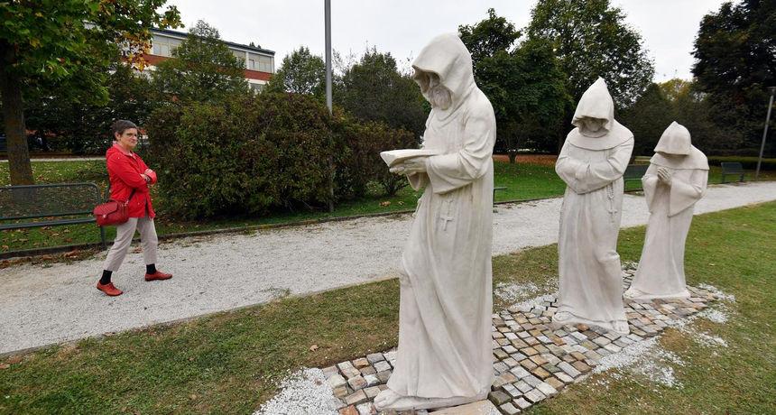 VJEŠTAKINJA O SKULPTURAMA 'Nisu izvedene u kamenu, već u poliesteru tehnikom lijevanja'