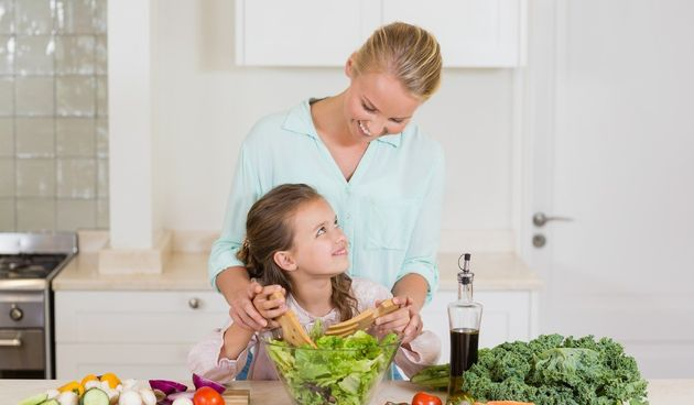 Djeca vole gledati i kopirati svoje roditelje i stariju braću i sestre. Oni obično žele jako