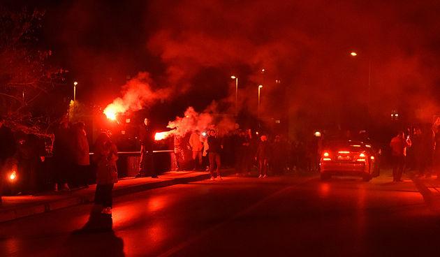 Karlovački navijači bakljadom na koranskom mostu protestirali protiv odluke DORH-a da Mišo Hrastov mora državi platiti milijunsku odštetu (FOTO, VIDEO)
