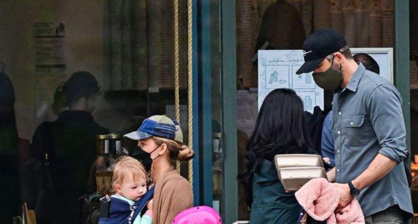 Slavni glumački par po prvi put pokazao svoje treće dijete