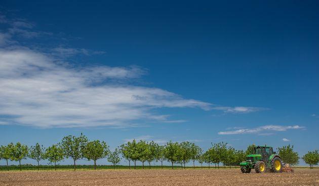 traktor polje poljoprivreda