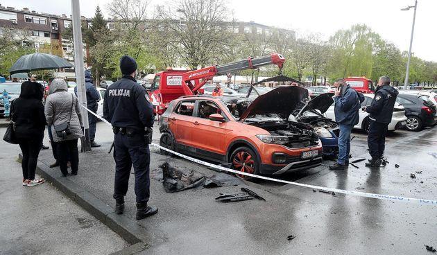 Požar na zagrebačkom Jarunu: Pod okriljem noći izgorjela tri automobila i BMW motocikl