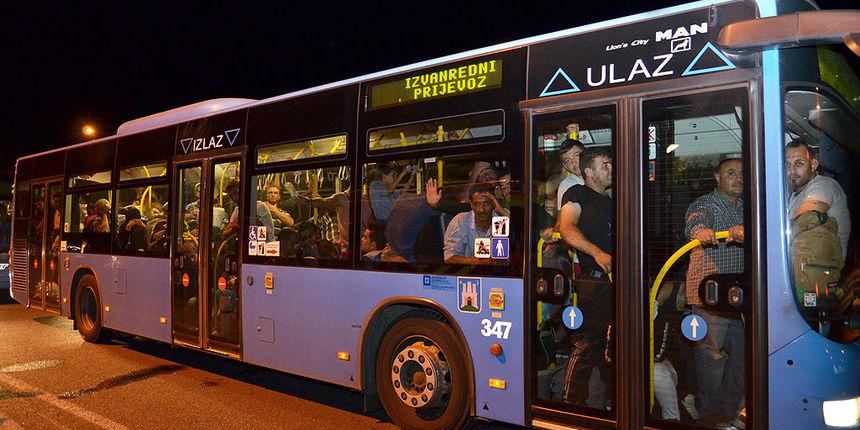 FOTO: Više od 30 autobusa s izbjeglicama na mađarskoj granici, situacija mirna