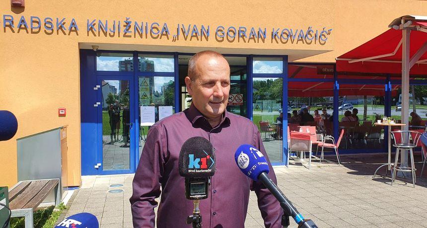 Na biralište u karlovačkoj Gradskoj knjižnici u Novom centru izašao i glasao Davor Petračić