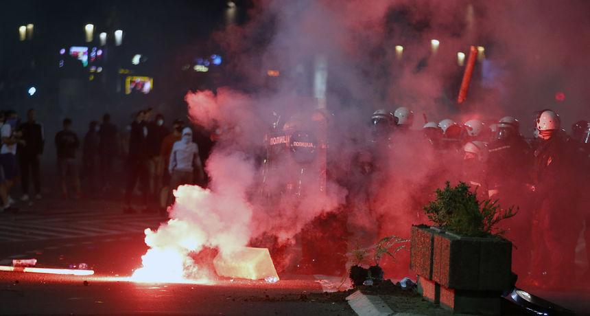 Kaos u Beogradu nakon uvođenja izvanrednog stanja: Bijesni prosvjednici upali u Skupštinu