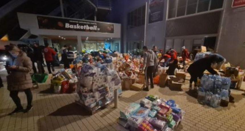 Pomoć Petrinji i okolnim mjestima stiže iz cijele Hrvatske! Građani šalju vodu, hranu, deke...