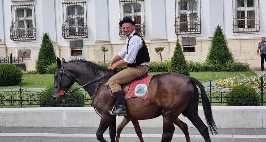 Zavodnik Jovan opet jaše: Bio je glavna atrakcija dok je u nošnji paradirao sa svojim konjima