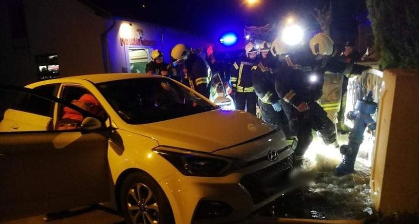 Vozačica naletjela na hidrant, vatrogasci imali pune ruke posla