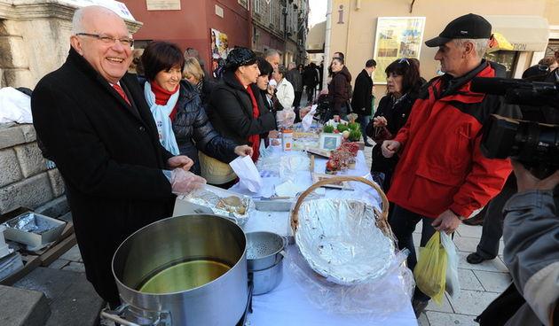 Zadar, 221212. Predblagdansko subotnje jutro na zadarskom Poluotoku bilo je bogato raznim dogadjanjima. Tako su na trgu Caritas Zadarske nadbiskupije i Dom za odrasle osobe sv. Frane organizirali humanitarnu akciju