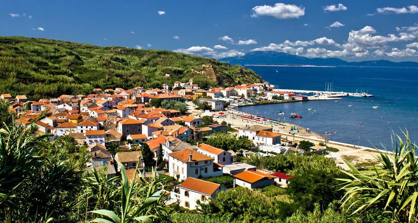 Uzbuna na malom hrvatskom otoku! Unatoč zabrani, stigao prvi automobil, a svi se pitaju čije je misteriozno vozilo