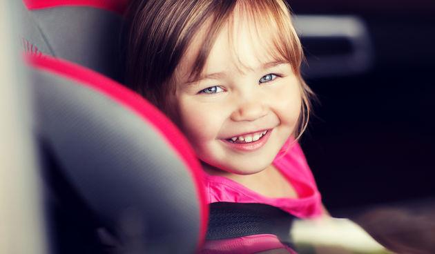 Djevojčica u autosjedalici