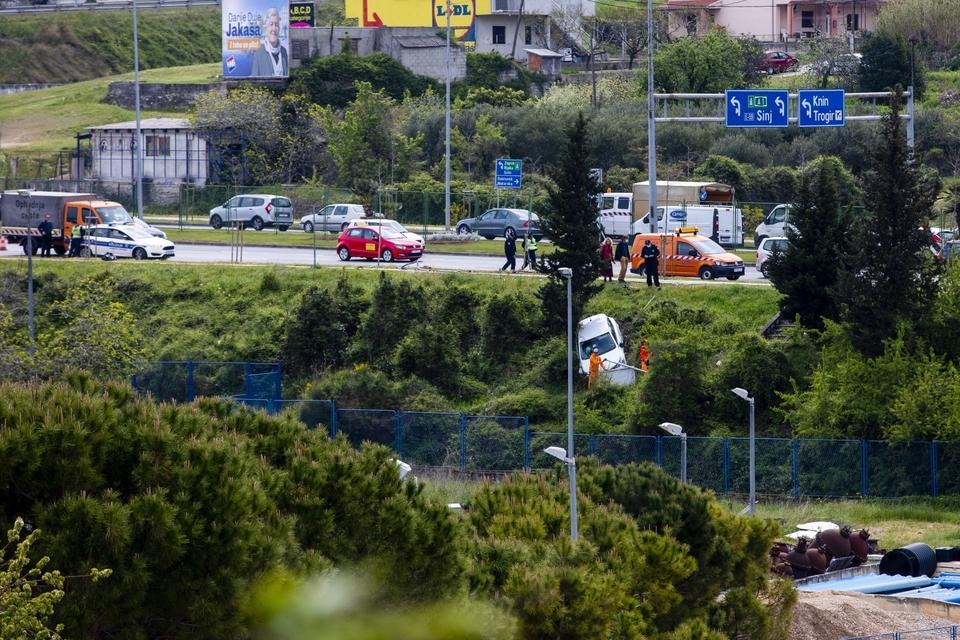 Hitne službe izvlačile automobil koji je izletio s kolnika u Splitu