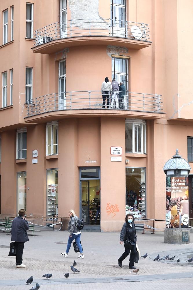 Uvijek se kasno reagira: Radnici osiguravaju balkon koji je ozlijedio prolaznika