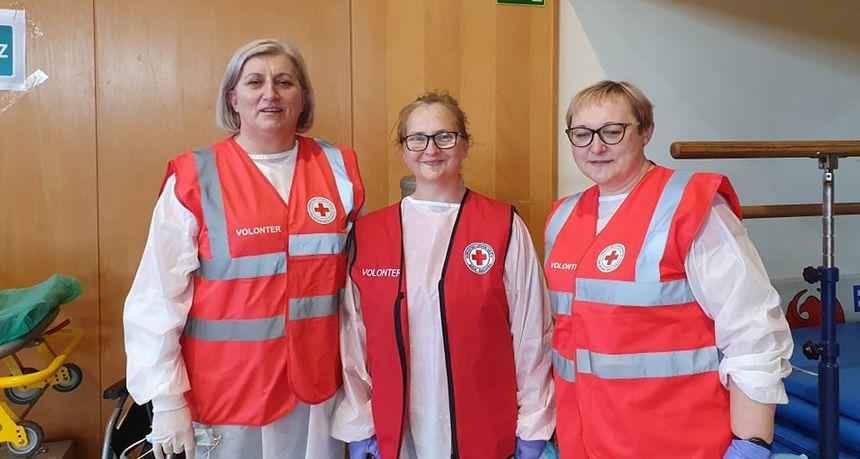 VOLE POMAGATI Ravnateljice škola, Margit, Mirjana i Sandra, volontiraju prilikom cijepljenja