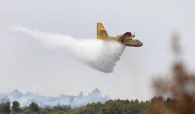 Požar kod Vodica gasili i iz zraka