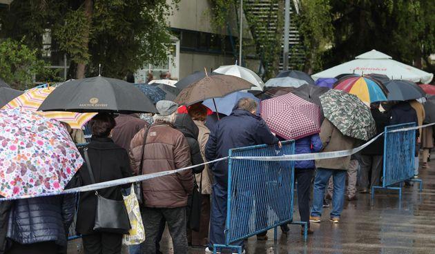 Unatoč kiši i dalje su gužve ispred Velesajma gdje građani čekaju cijepljenje