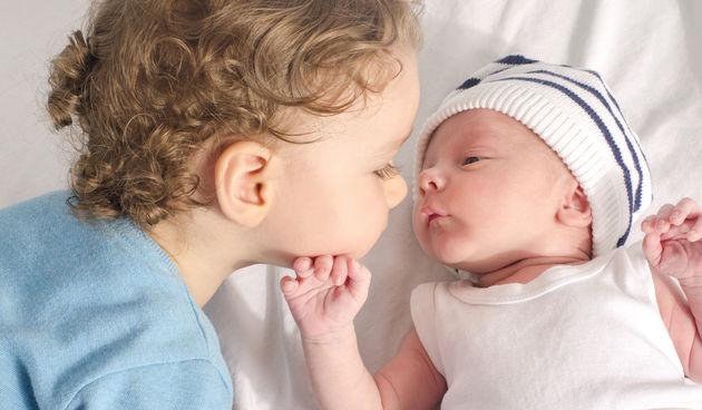 stariji brat i beba