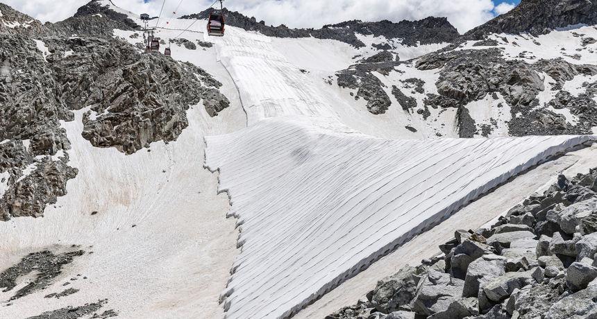 EKSTREMNE MJERE: Stručnjaci prekrivaju ledenjak Presenu ceradom kako bi spriječiti daljnje otapanje