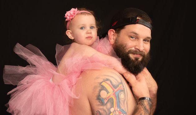 Tata nosi ružičastu suknju kako bi njegova kći imala najljepše fotografije i uspomene