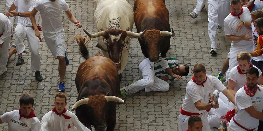 Počelo ludilo u Pamploni: bikovi proboli trojicu muškarca već na prvoj ovogodišnjoj utrci