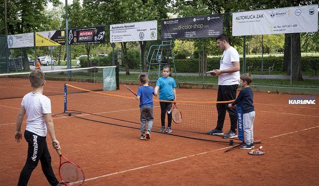 Mali tenisači i tenisačice imali svoj prvi natjecateljski nastup na terenima u Vrbanićevom perivoju, slijedi turnir u Ogulinu